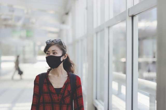 空いている町を歩く女性